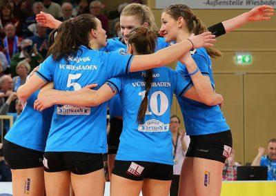 Teamfreude über Punkt in der Bundesliga, Julia Osterloh rechts im Bild